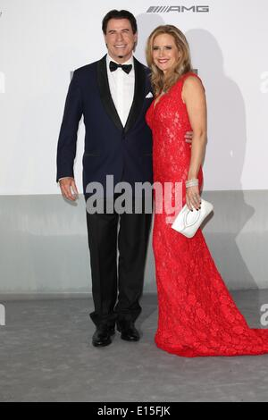 Cannes, France. 22nd May 2014. US actor John Travolta (L) and wife Kelly Preston attend the Cinema Against AIDS - Stock Photo