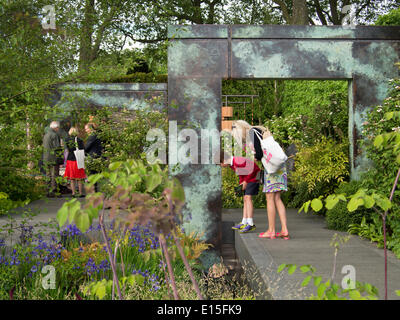 Chelsea, London, UK. 22nd May 2014. Visitors to Chelsea Flower Show 2014 Credit:  Martyn Goddard/Alamy Live News - Stock Photo