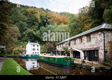 Narrow boats or barges on the Monmouthshire and Brecon Canal at Llanfoist Wharf, Abergavenny, Wales, GB, UK. - Stock Photo