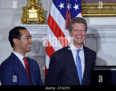 Washington, DC, USA. 23rd May, 2014. San Antonio Mayor Julian Castro (L) and current Department of Housing and Urban - Stock Photo