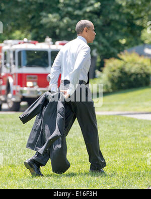 Washington DC, USA. 23rd May, 2014. United States President Barack Obama carries his suit jacket as he walks across - Stock Photo