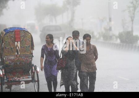 Dhaka, Bangladesh. 25th May, 2014. Heavy rain falls in the area around Dhaka University. Dhaka has a hot, wet and - Stock Photo