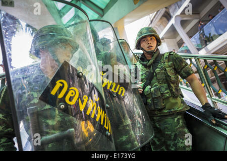 Bangkok, Thailand. 25th May, 2014. Thai soldiers retreat from protestors on an escalator in the BTS Skytrain system. - Stock Photo