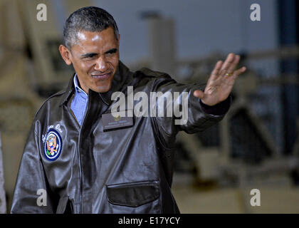 US President Barack Obama waves to soldiers during an unannounced visit to Bagram Air Field May 25, 2014 in Afghanistan. - Stock Photo