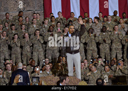 US President Barack Obama waves to service members during an unannounced visit to Bagram Air Field May 25, 2014 - Stock Photo