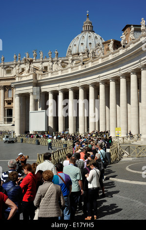 italy, rome, st peter's square, colonnade, entrance to saint peter's basilica, queue