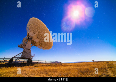 One of the 27 antennas of the Very Large Array (VLA) radio telescope complex in New Mexico (with others in the distance - Stock Photo