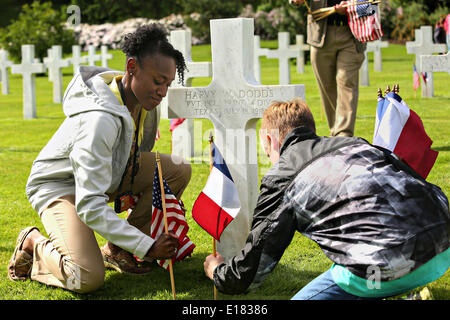 French and American children place flags at the graves of soldiers during a ceremony to mark the 96th anniversary - Stock Photo