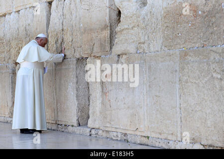 Jerusalem. 26th May, 2014. Pope Francis prays in front of the Western Wall, Judaism's holiest site, in the Old City - Stock Photo