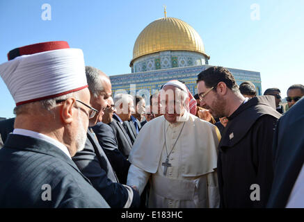 Jerusalem. 26th May, 2014. Pope Francis walks in front of the Dome of the Rock as he visits the Al-Aqsa Mosque compound, - Stock Photo