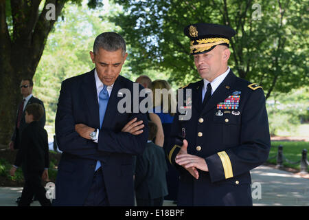 US President Barack Obama listens to Army Maj. Gen. Jeffrey S. Buchanan, right, Military District of Washington - Stock Photo