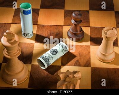 Schach mit Dollar und Euro Geldschein. Symbol f¸r Abwertung des Dollars gegen Euro. - Stock Photo