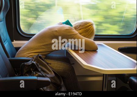 Eine schlafende Frau im Zug. Reisen in der Eisenbahn entspannt - Stock Photo