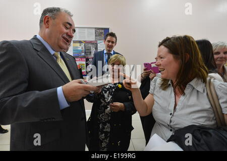 Rutherglen, South Lanarkshire, Scotland, UK. 27th May 2014.  First Minister Alex Salmond  signs autographs after - Stock Photo