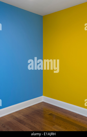 empty room with yellow walls and wooden floor Stock Photo: 132975214 ...