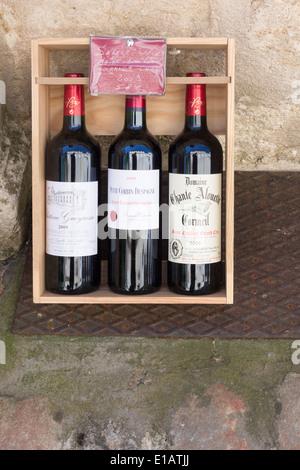 France, Aquitaine, Bordeaux, Saint-Emilion. A wooden box used to display three Grand Cru red wines on sale in Saint - Stock Photo