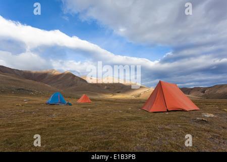 Tents in region of Tisaling located on trail between Rumtse and Tso Kar (part of Rumtse – Tsomoriri trek), Ladakh, - Stock Photo