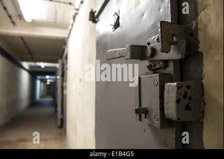 Stasi prison cell door in berlin hohensch nhausen memorial for Door lock germany