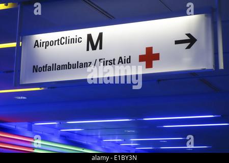 Hinweisschild zur Airport Clinic im Flughafen München, Terminal I, Bayern, Oberbayern, Deutschland - Stock Photo