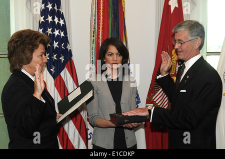 Joyce Morrow, the administrative assistant to the secretary of the Army, administers the oath of office to John - Stock Photo