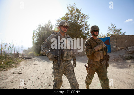 U.S. Army Lt. Col. Kimo Gallahue and Marine Corps Lt. Col. Paul Brickley conduct a joint patrol in the Wardak province - Stock Photo