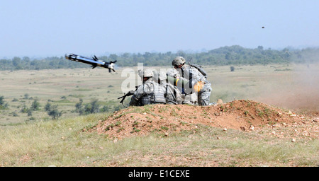 U.S. Army Sgts. Peter Bitter and Michael Resendez, left, and fellow Soldiers fire a Javelin anti-tank missile during - Stock Photo