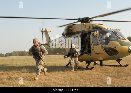 U.S. Army Sgt. Charles Jobst, left, Cpl. Arthur Fread and other Soldiers with 2nd Platoon, Alpha Troop, 2nd Squadron, - Stock Photo