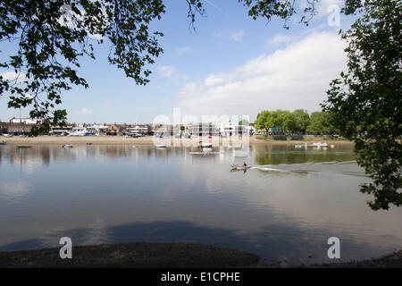 Putney London, 31st May 2014. Rowers on the River Thames on a warm spring day Credit:  amer ghazzal/Alamy Live News - Stock Photo