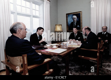 Ronald Reagan. General Secretary Gorbachev (L) in talks with President Reagan  (R) at Hofdi House during the Reykjavik - Stock Photo
