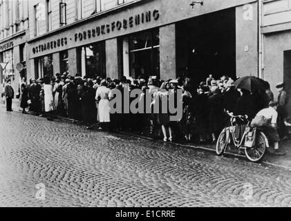 Food line in Oslo, Norway, during the Nazi occupation in World War 2. After the German conquest, Norway lost it's - Stock Photo