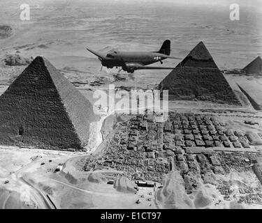 American Air Transport Command plane flies over the pyramids of Egypt. Flights from the U.S. supplied strategic - Stock Photo