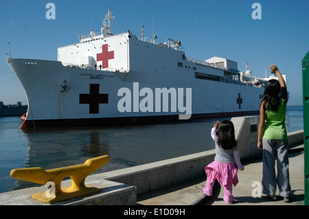 100501-N-3005A-055 SAN DIEGO (May 1, 2010) The daughters of Chief Hospital Corpsman Cantorna wave good-bye to their - Stock Photo