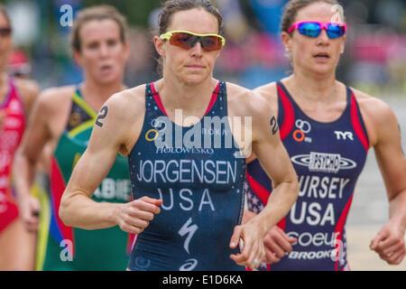 London, UK. 31st May, 2014. Race winner Gwen Jorgensen (USA) during the rinning stage of the ITU World Triathlon - Stock Photo