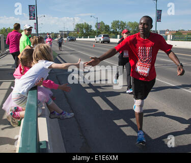Calgary, Alberta, Canada. 01st June, 2014. Children encouraging runner in the 50th Scotiabank Calgary Marathon on - Stock Photo