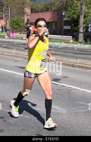 Calgary, Alberta, Canada. 01st June, 2014. Runner Beverly Anderson drinking at an aid station in the 50th Scotiabank - Stock Photo