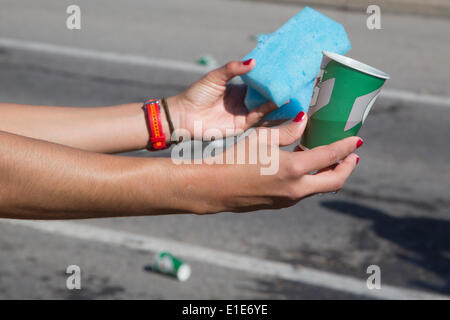 Calgary, Alberta, Canada. 01st June, 2014. Volunteer handing out beverage and wet sponges at the 50th Scotiabank - Stock Photo