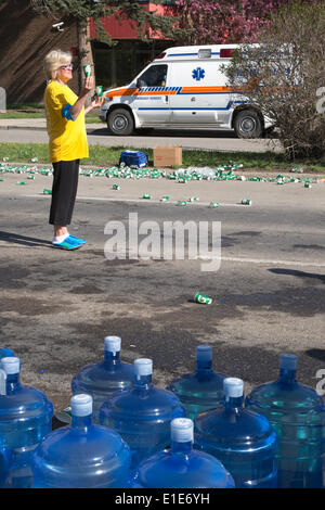 Calgary, Alberta, Canada. 01st June, 2014. Volunteer handing out beverages at aid station in the 50th Scotiabank - Stock Photo