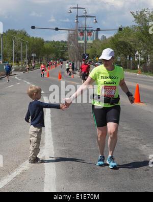Calgary, Alberta, Canada. 01st June, 2014. Child encourages runner in the 50th Scotiabank Calgary Marathon on Sunday, - Stock Photo
