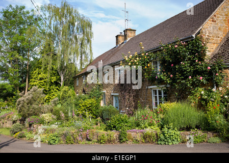 Cottages and gardens in Wroxton. Oxfordshire, England - Stock Photo