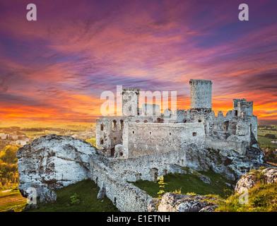 Beautiful sunset over Ogrodzieniec castle, Poland. - Stock Photo