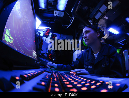 U.S. Navy Air Traffic Controller Airman Chelsea Pitchford monitors an air approach radar console in the air traffic - Stock Photo