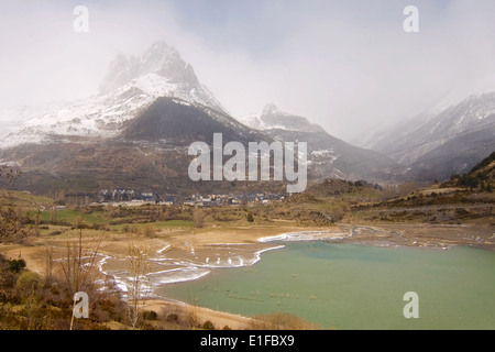 View of the Tena valley with the town of Sallent de Gallego under the Foratata peak (2341 m), Aragon, Spain. - Stock Photo