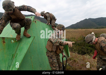 U.S. Marine Corps Staff Sgt. Matthew Nissel, second from right, platoon commander of 1st Platoon, Landing Support - Stock Photo
