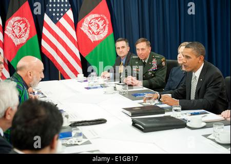 From right, President Barack Obama, U.S. Secretary of State Hillary Clinton, U.S. Army Gen. David Petraeus, the - Stock Photo