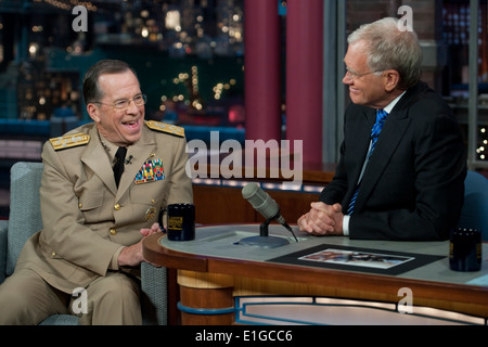 U.S. Navy Adm. Mike Mullen, left, the chairman of the Joint Chiefs of Staff, laughs with David Letterman on the - Stock Photo
