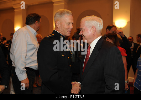 Commandant of the Marine Corps Gen. James F. Amos, left, shakes the hand of Secretary of Defense Robert M. Gates - Stock Photo