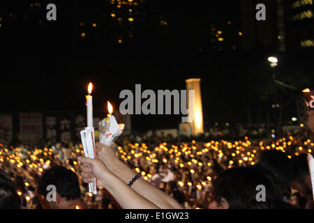 Hong Kong. 04th June, 2014. Hong Kong people take part in the candlelight vigil to mark the 25th anniversary of - Stock Photo