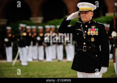 Vice Chairman of the Joint Chiefs of Staff Marine Corps Gen. James E. Cartwright salutes during the playing of the - Stock Photo