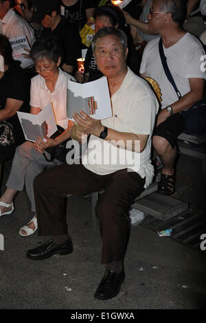 Hong Kong. 04th June, 2014. An old man at the candlelight vigil in Hong Kong to mark the 25th anniversary of the - Stock Photo
