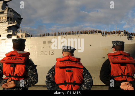 U.S. Sailors with amphibious assault ship USS Kearsarge (LHD 3) stand by as French amphibious assault ship FS Mistral - Stock Photo